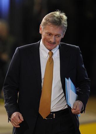Пресс-секретарь президента РФ Дмитрий Песков перед началом время пресс-конференции президента РФ Владимира Путина