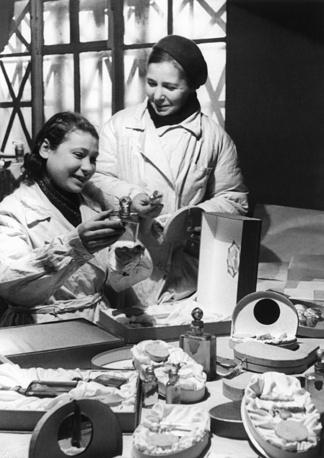 Приготовление коробок с подарками для бойцов Ленинградского фронта. 1943 г.