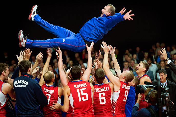 Игроки сборной России по волейболу с главным тренером Андреем Воронковым (сверху) после победы в финальном матче чемпионата Европы по волейболу: Россия - Италия - 3:1