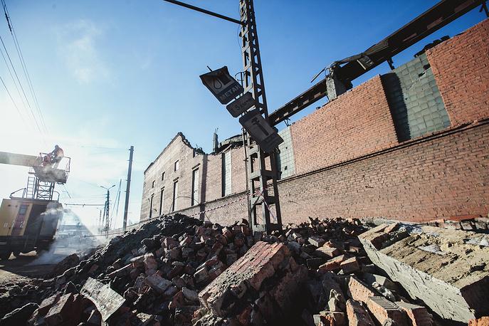 Стена и часть кровли цинкового завода, разрушенная из-за взрывной волны, вызванной падением метеорита