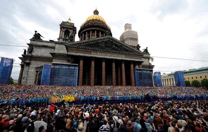 Сводный хор Санкт-Петербурга численностью 4 335 человек в сопровождении большого симфонического оркестра 26 мая дал праздничный концерт  на Исаакиевской площади.Событие включено в Книгу рекордов России.