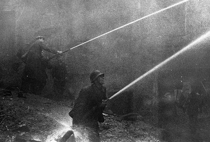 В ночь после бомбежки.Тушение  пожара  в  доме  26 на  Боровой улице. 1942 г.