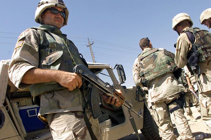 Американский солдат с автоматом Калашникова в Ираке