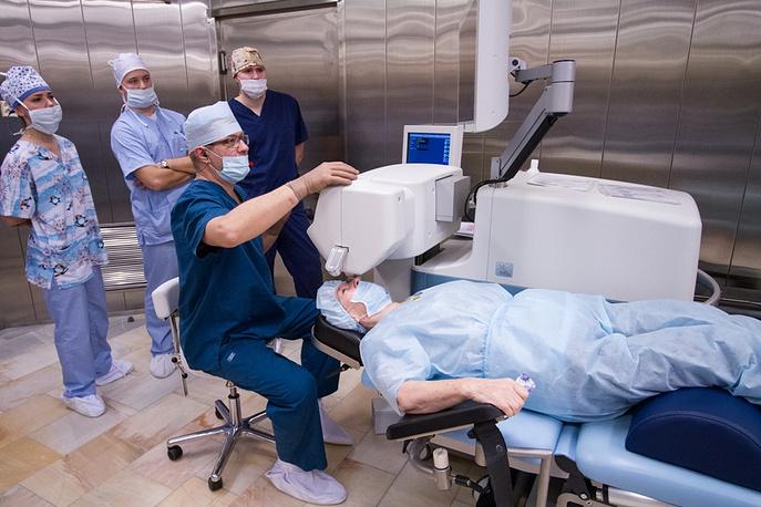 Лазерную операцию по удалению катаракты проводит хирург Алексей Ульянов
