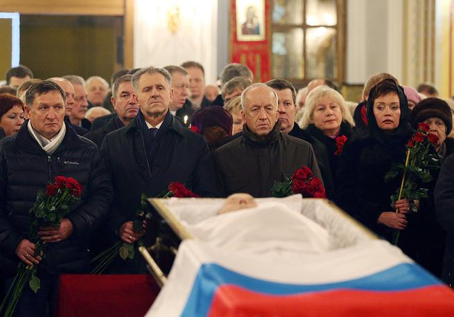 Президент Удмуртии Александр Волков (справа на первом плане) во время церемонии прощания с Михаилом Калашниковым в Свято-Михайловском соборе