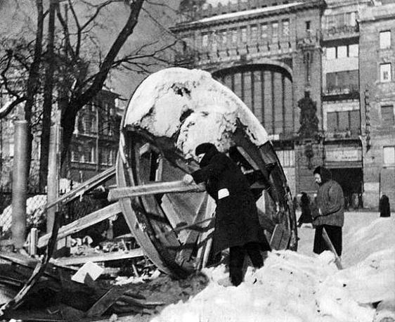 Разборка на дрова нарзанного киоска на проспекте 25 Октября. 28 февраля 1942 г
