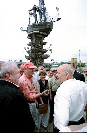 Зураб Церетели и мэр Москвы Юрий Лужков у памятника Петру I, 1997