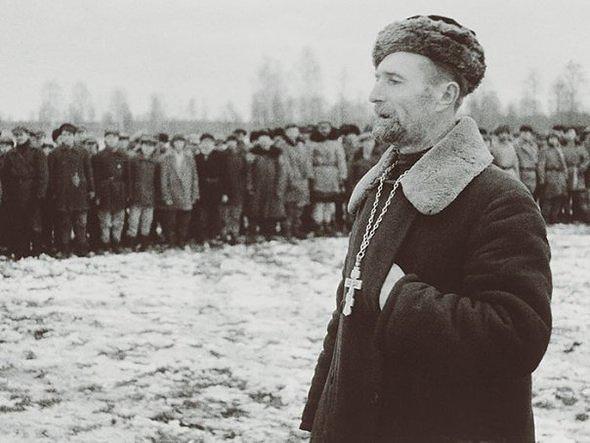 Православный священник выступает перед бойцами партизанского соединения. Ленинградская область. 1941г.