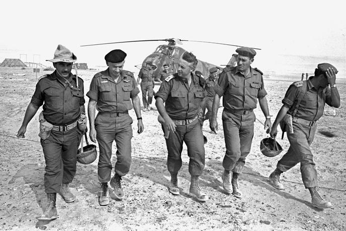 Ариэль Шарон ( в центре). 1967 год