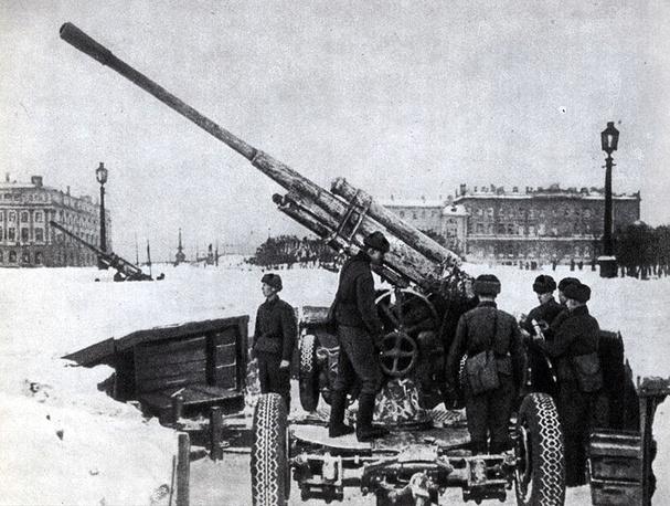 Артиллерийская батарея на площади Памяти жертв революции (Марсовом поле) в Ленинграде. 1942 г.
