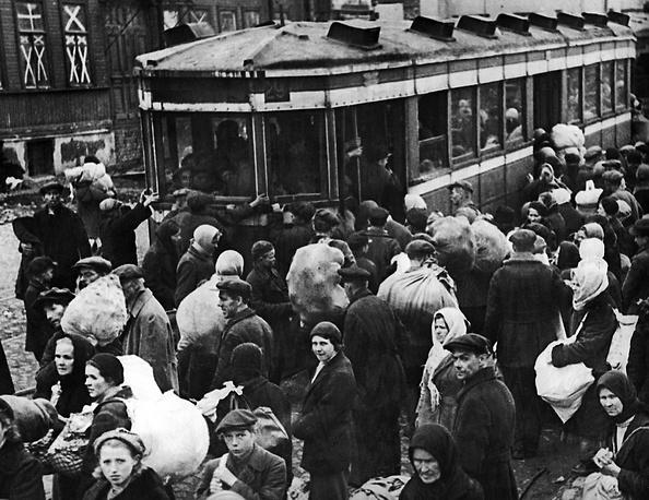 Посадка на трамваи горожан, эвакуирующихся из Кировского района Ленинграда, подвергавшегося наиболее сильным немецким артобстрелам.1941 г.