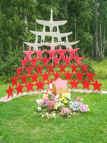 """Памятник """"Звезды-журавли"""". Установлен на автодороге А-120, рядом с Синявинским озером, месте максимального продвижения войск Волховского фронта в 1942 году."""