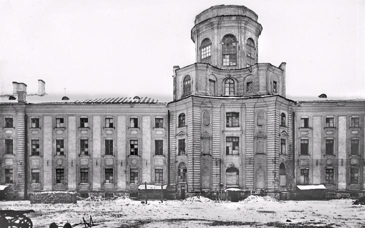 Здание Кунсткамеры в годы блокады