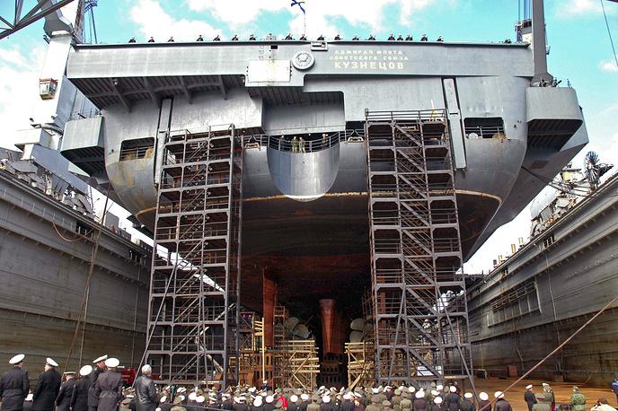 """Авианосец """"Адмирал Кузнецов"""" в плавучем доке судоремонтного завода во время специальных учений по тыловому и техническому обеспечению сил флота России, которые проходят на Северном флоте. Мурманская область.8 июня 2006 г."""