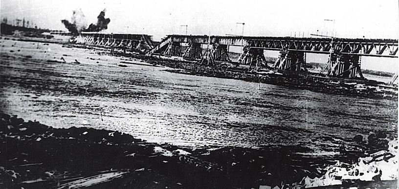 Разрушение временного моста через Неву на линии Поляны — Шлиссельбург, 1943 год