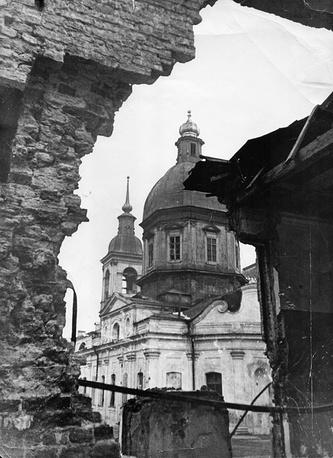 Вид на Пантелеймоновскую церковь сквозь  стену разрушенного дома