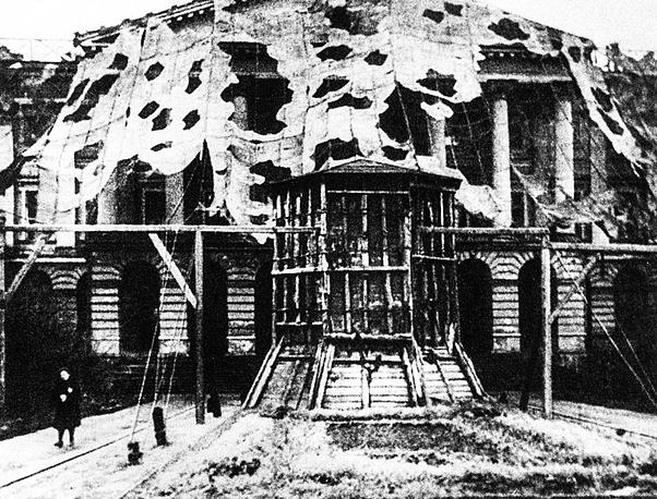 Маскировка Смольного в период блокады Ленинграда, 1942 год