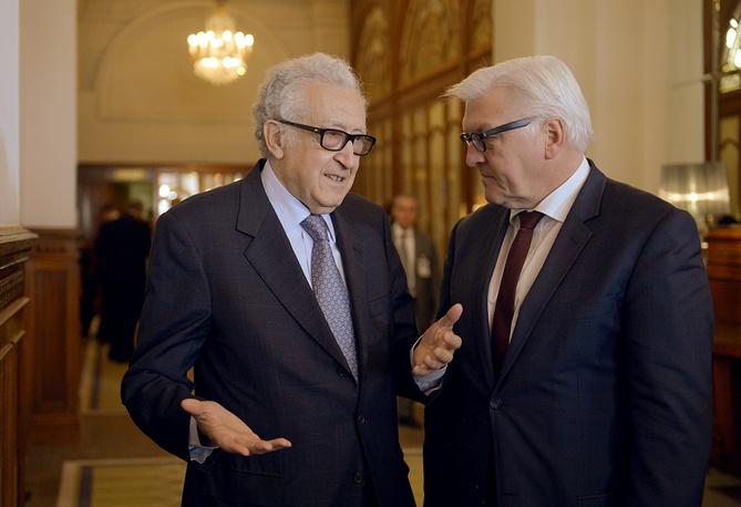 Министр иностранных дел ФРГ Франк- Вальтер Штайнмайер (справа) и спецпредставитель ООН и ЛАГ по Сирии Лахдар Брахими