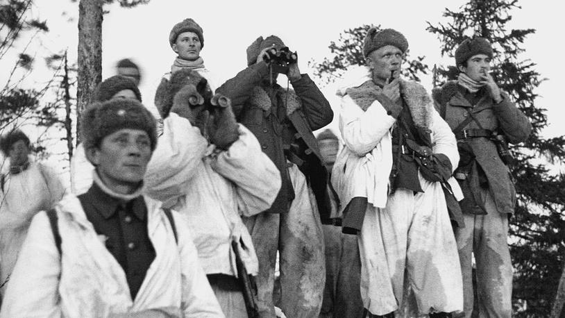 Бойцы финской патрульной группы наблюдают за обстановкой в районе посёлка Тунтса