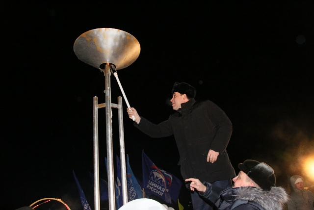 Губернатор Свердловской области Евгений Куйвашев торжественно зажигает символический факел в селе Средний Бугалыш