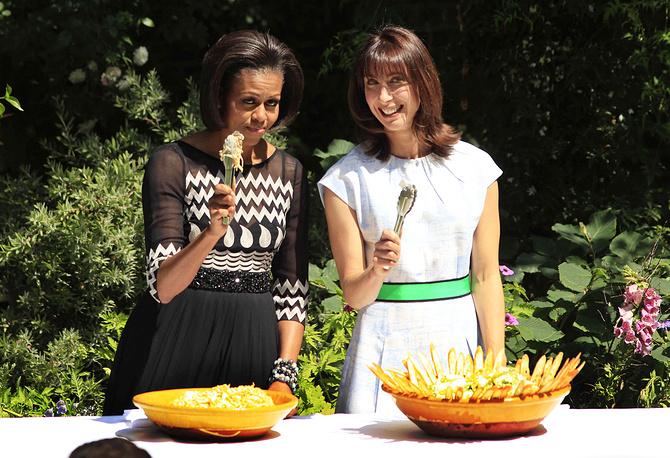 В ходе визита Барака и Мишель Обамы в Великобританию в 2011 году пара вместе с премьер-министром страны Дэвидом Кэмероном и его женой Самантой приготовили барбекю для британских военнослужащих