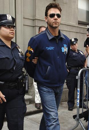 В 2005 году актер Рассел Кроу был арестован полицией Нью-Йорка за инцидент в одном из отелей. Австралиец швырнул телефон в служащего отеля во время разговора, в результате чего тот получил серьезные повреждения лица