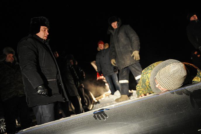 Губернатор Свердловской области Евгений Куйвашев и мэр Сухого Лога Станислав Суханов проверяют участок нового трубопровода во время подачи воды