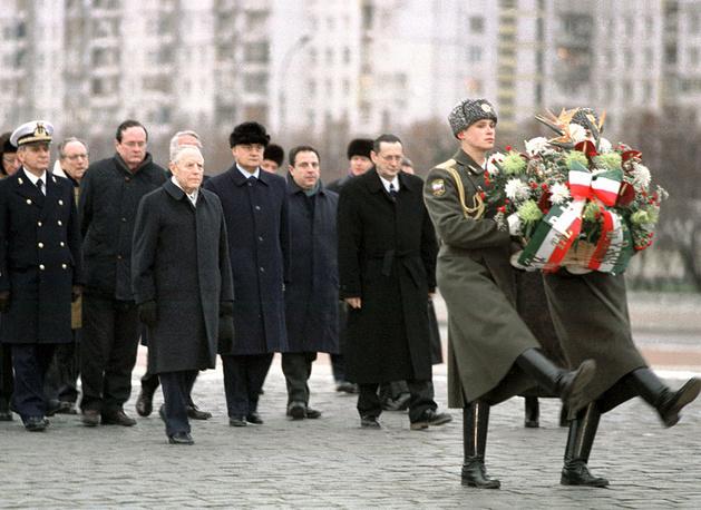 президент Италии г-н Карло Чампи ( третий слева) во время посещения Монумента героическим защитникам Ленинграда на площади Победы.28.11.2000 г.
