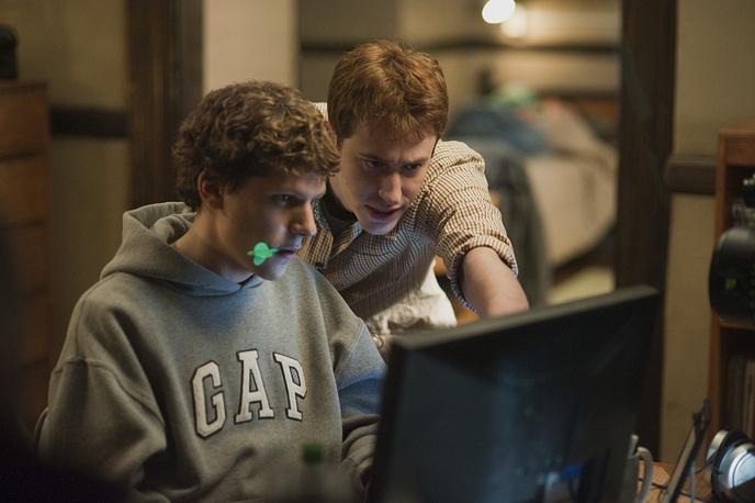 """Дэвид Финчер снял фильм """"Социальная сеть"""" об истории создания Facebook, удостоившийся трёх премий «Оскар» — за лучший монтаж, музыку и адаптированный сценарий. 2010 год"""