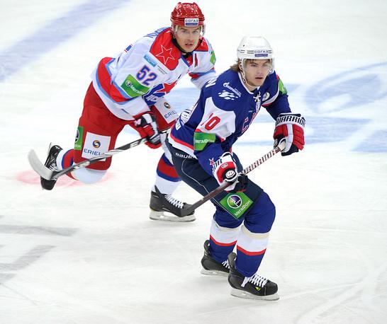 Центральный нападающий СКА Виктор Тихонов (справа)