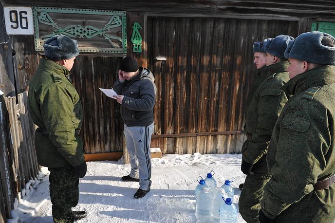 Военнослужащие Еланского гарнизона ежедневно доставляют по 12 тонн воды инвалидам, пожилым людям и многодетным семьям