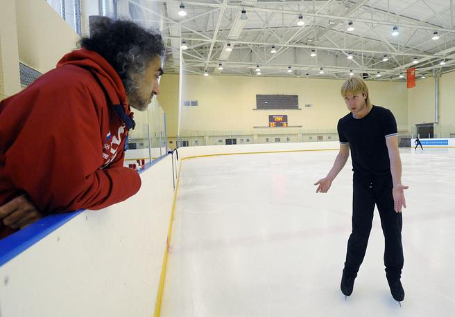Хореограф Давыд Авдыш и фигурист Евгений Плющенко (слева направо) на тренировке в учебно-тренировочном центре «Новогорск».2009 г.