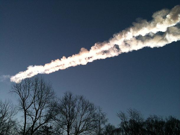 След от падения осколка метеорита в небе над Копейском