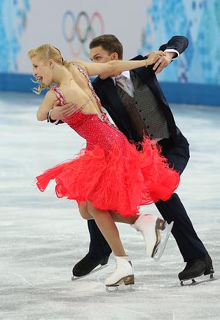 Российские спортсмены Екатерина Боброва и Дмитрий Соловьев во время выступления в короткой программе танцев командных соревнований по фигурному катанию