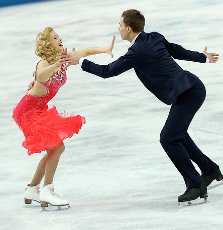 Екатерина Боброва и Дмитрий Соловьев во время выступления в короткой программе танцев командных соревнований