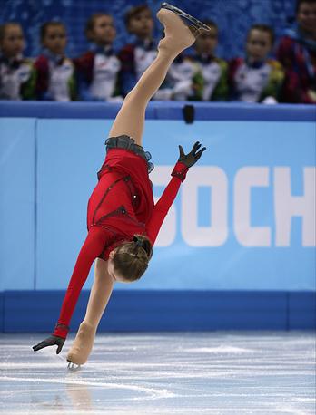 Юлия Липницкая во время выступления с произвольной программой в командных соревнованиях по фигурному катанию