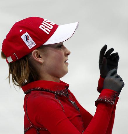 Екатеринбургская фигуристка Юлия Липницкая в кепке, брошенной на лед ее болельщиками, после произвольной программы женского одиночного катания в командных соревнованиях по фигурному катанию на Олимпиаде в Сочи в 2014 году