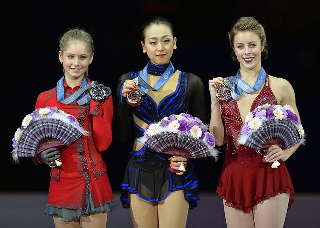 Екатеринбургская фигуристка Юлия Липницкая (слева) на церемонии награждения на этапе Гран-при по фигурному катанию в японской Фукуоке в 2013 году