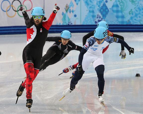 """Канадский спортсмен Шарль Амлен (слева), завоевавший """"золото"""", и российский спортсмен Виктор Ан (справа), завоевавший """"бронзу"""", на финише финального забега"""