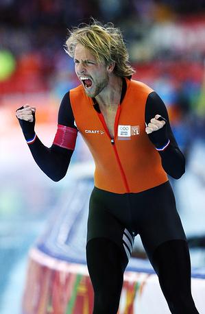 Голландский спортсмен Михель Мюлдер после финиша забега на дистанции 500 метров в соревнованиях по конькобежному спорту