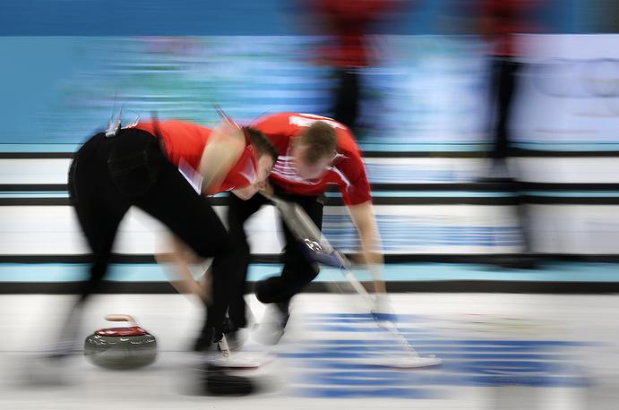 Игроки мужской сборной Дании по керлингу во время матча со сборной России