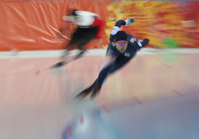 Спортсменка из Южной Кореи Ли Бо Ра (справа) во время первого забега на 500 метров в соревнованиях по конькобежному спорту среди женщин