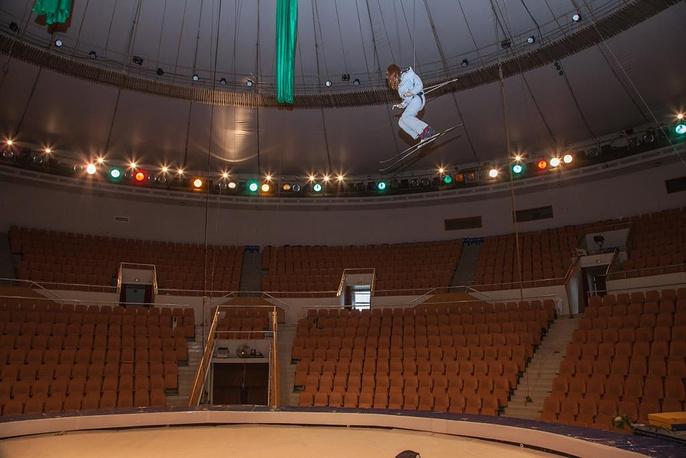 """Участница конкурса """"Поддержи олимпийца"""" Анна Константинова поднялась на лыжах под купол екатеринбургского цирка"""