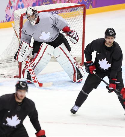 Вратарь сборной Канады по хоккею Кэри Прайс (в центре) во время тренировки