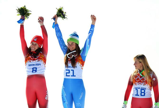 Щвейцарская спортсменка Доминик Гизин (золото), словенская спортсменка Тина Мазе (золото) и швейцарская спортсменка Лара Гут (бронза) (слева направо) во время цветочной церемонии после соревнований по горнолыжному спорту