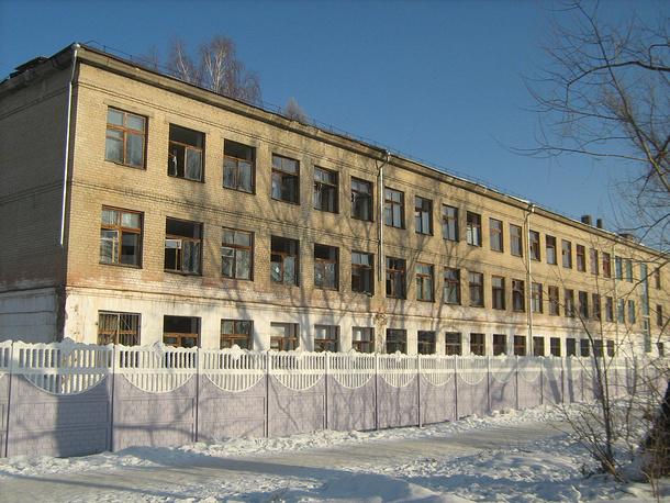 Копейск. Здание с окнами, выбитыми взрывной волной, вызванной падением метеорита