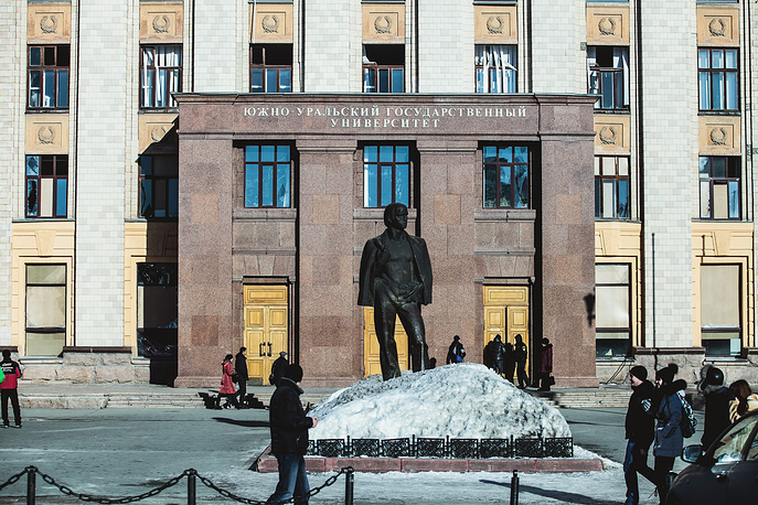 Челябинск. Окна в здании Южно-Уральского государственного университета, выбитые взрывной волной, вызванной падением метеорита