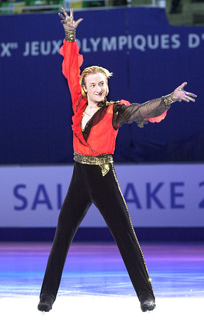 На Олимпиаде 2002 года в Солт-Лейк-Сити фигурист совершил ряд ошибок и выиграл серебряную медаль. На фото: выступление Плющенко на Играх в Солт-Лейк-Сити, 2002 г.