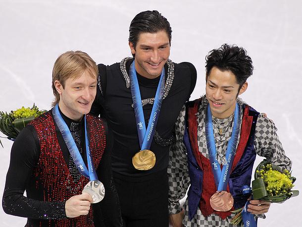 Российский фигурист Евгений Плющенко (серебро), американский фигурист Эван Лайсачек (золото) и японский фигурист Дайсуке Такахаси (бронза) (слева направо) на Олимпиаде в Ванкувере, 2010 г.