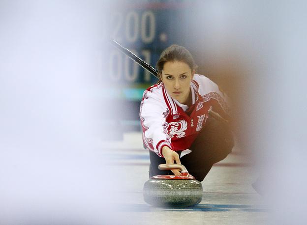 Игрок сборной России Анна Сидорова во время матча кругового турнира между сборными командами России и Швейцарии в соревнованиях по керлингу